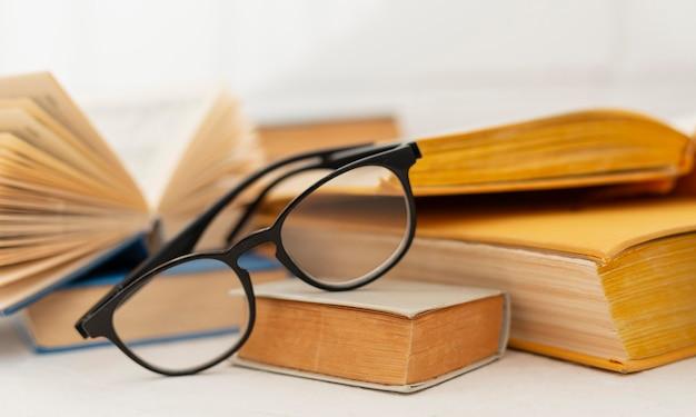 Arrangement avec des livres et des lunettes