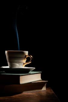 Arrangement avec livres et tasse