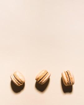 Arrangement de macarons vue de dessus avec copie-espace