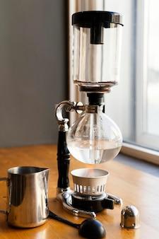 Arrangement avec machine à café sur table