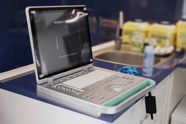 Arrangement avec machine dans une clinique vétérinaire