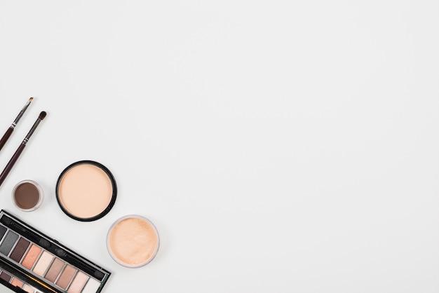 Arrangement de maquillage dans une palette naturelle sur fond blanc