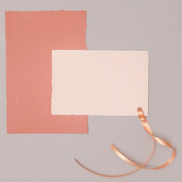 Arrangement de mariage minimaliste avec maquette d'invitations