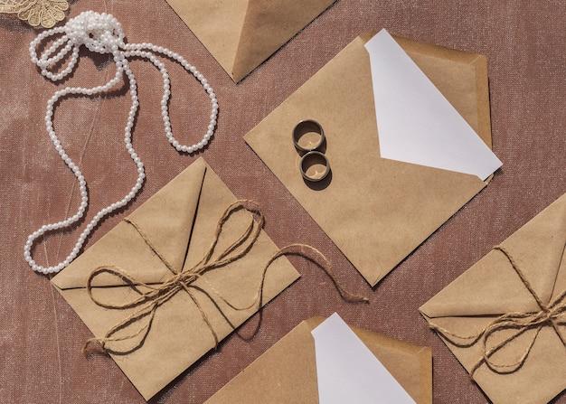 Arrangement de mariage minimaliste à plat avec enveloppes ouvertes