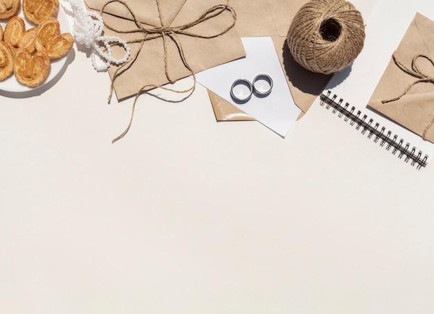 Arrangement de mariage minimaliste à plat avec espace de copie
