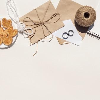 Arrangement de mariage minimaliste vue de dessus avec espace de copie