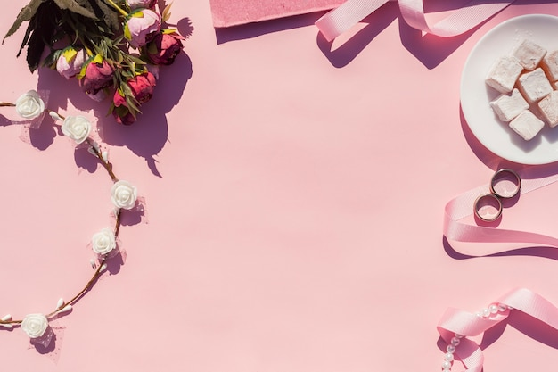 Arrangement de mariage rose vue de dessus avec fond rose