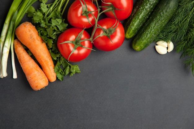 Arrangement de mélange de légumes colorés, isolé sur fond de pierre ardoise gris foncé avec espace de copie vide. bannière