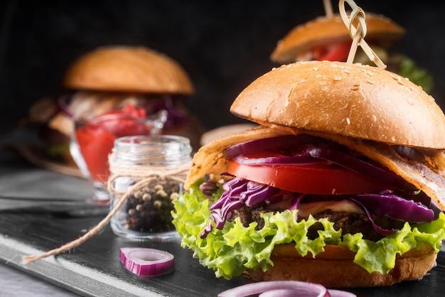 Arrangement de menu de délicieux hamburgers close-up