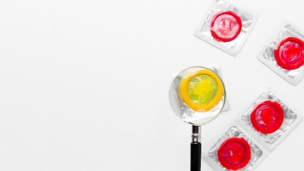Arrangement de méthode de contraception sur fond blanc avec espace de copie