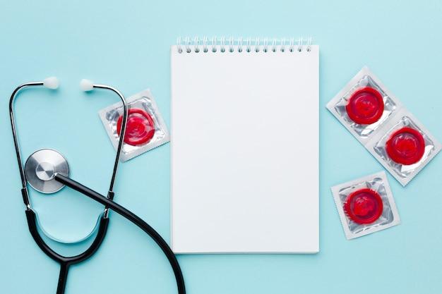 Arrangement de méthode de contraception sur fond bleu