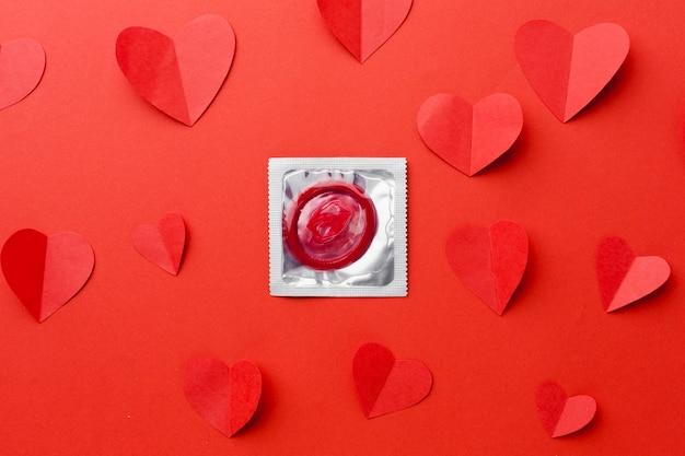 Arrangement de méthode de contraception avec sur fond rouge