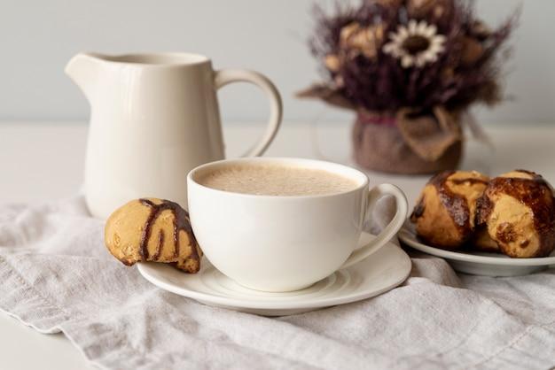 Arrangement mignon d'éléments de café
