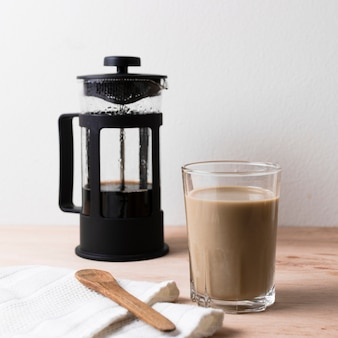 Arrangement moderne avec café glacé
