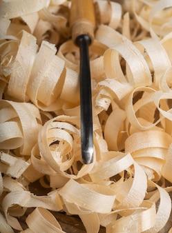 Arrangement avec des morceaux de bois et un outil