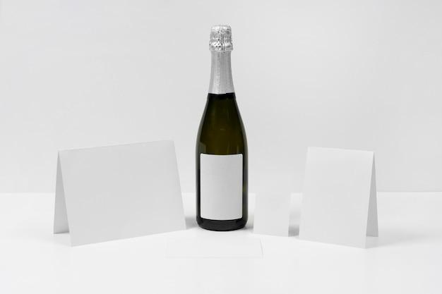 Arrangement avec des morceaux de papier et une bouteille