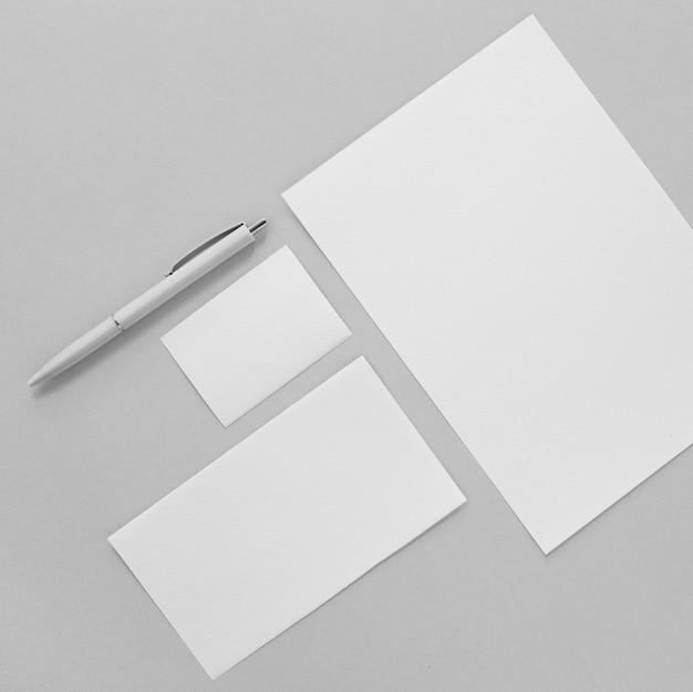 Arrangement avec des morceaux de papier et un stylo