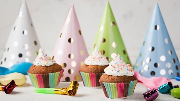Arrangement avec des muffins glacés et des décorations de fête
