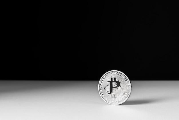 Arrangement de nature morte minimaliste avec crypto-monnaie