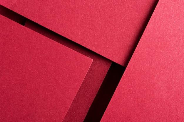 Arrangement de nature morte monochromatique avec papier rouge