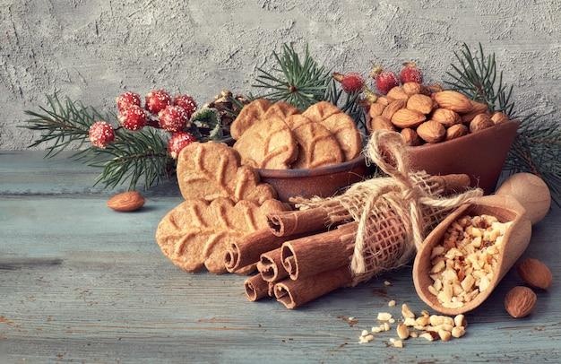 Arrangement de noël avec des biscuits à la feuille d'amande
