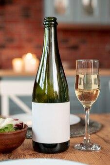 Arrangement de noël avec une bouteille de champagne