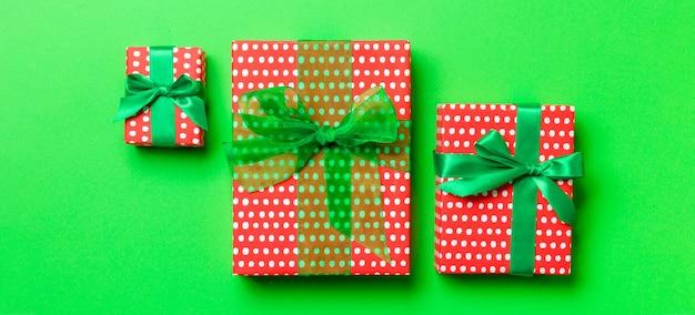 Arrangement de noël avec des cadeaux de différentes tailles
