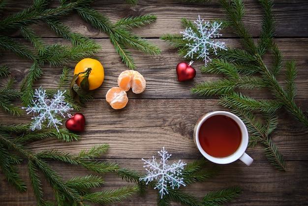 Arrangement de noël avec tasse de thé