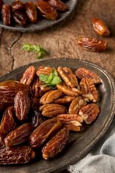 Arrangement de noix et de dates grand angle