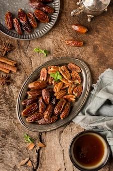 Arrangement de noix et de dates à plat