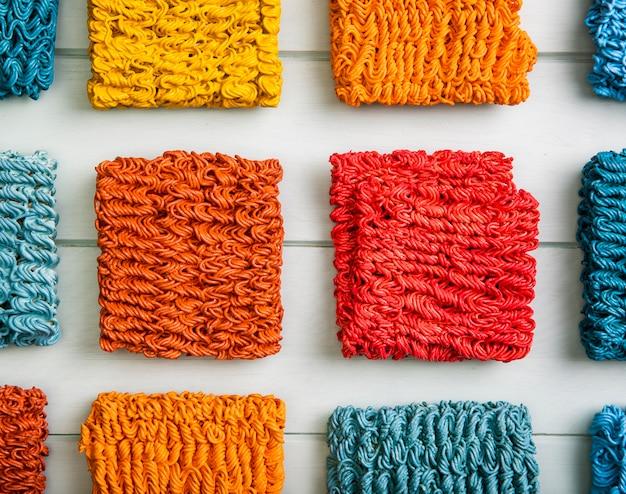 Arrangement de nouilles ramen colorées plates