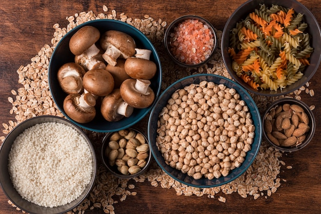Arrangement de nourriture à plat dans des bols