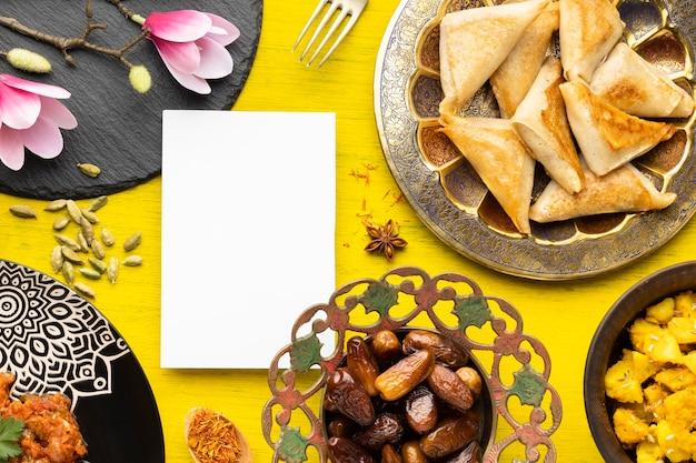 Arrangement de nourriture à plat avec morceau de papier