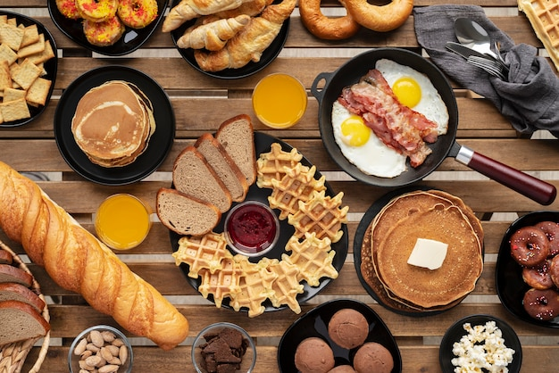 Arrangement de nourriture savoureuse à plat