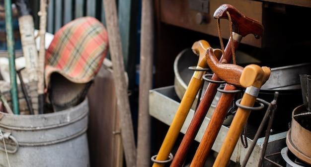 Arrangement d'objets anciens dans un marché d'antiquités