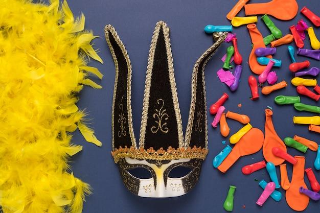 Arrangement d'objets de carnaval colorés sur fond bleu