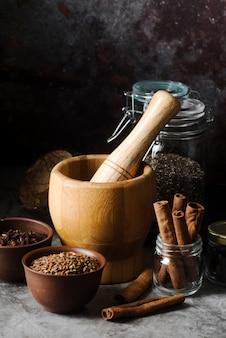 Arrangement d'objets de cuisine rustique avec des graines