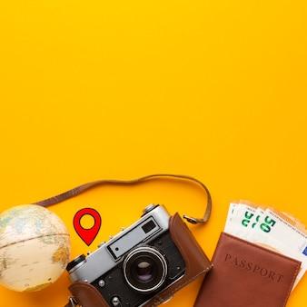 Arrangement d'objets touristiques à plat