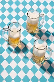 Arrangement d'oktoberfest avec un délicieux verre de bière
