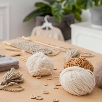 Arrangement avec des outils de tricot