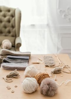 Arrangement avec outils de tricotage grand angle