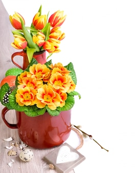 Arrangement de pâques avec des fleurs de printemps et des oeufs sur bois, espace de texte