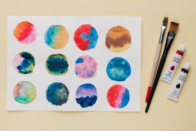 Arrangement de peinture abstraite en cercle; pinceau et tube de peinture