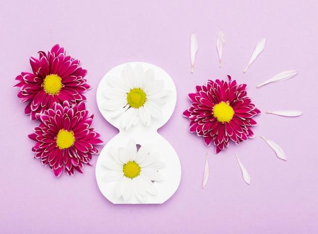 Arrangement de pétales de fleurs et symbole