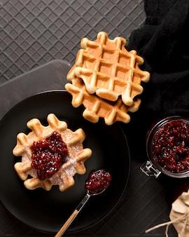 Arrangement de petit-déjeuner gaufres et confiture de framboises