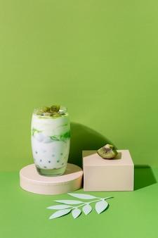 Arrangement de petit-déjeuner sain avec du yaourt