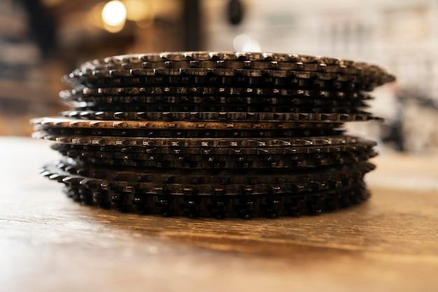 Arrangement avec des pièces de vélo