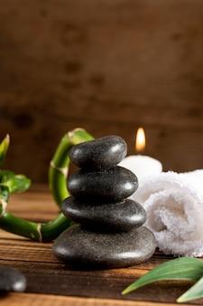 Arrangement avec des pierres de spa et une bougie