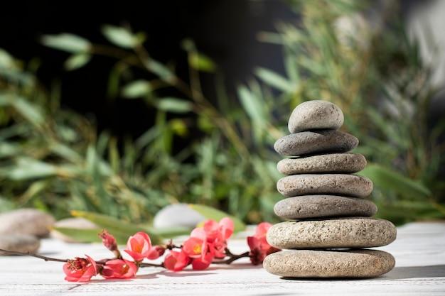 Arrangement avec des pierres de spa et des fleurs en plein air