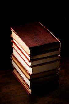 Arrangement de pile de livres grand angle